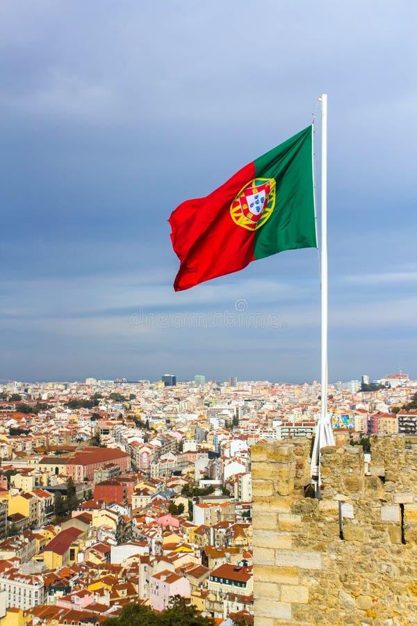 Bandeira portuguesa de ondulação sobre Saint Jorge Castle em Lisboa imagens de stock