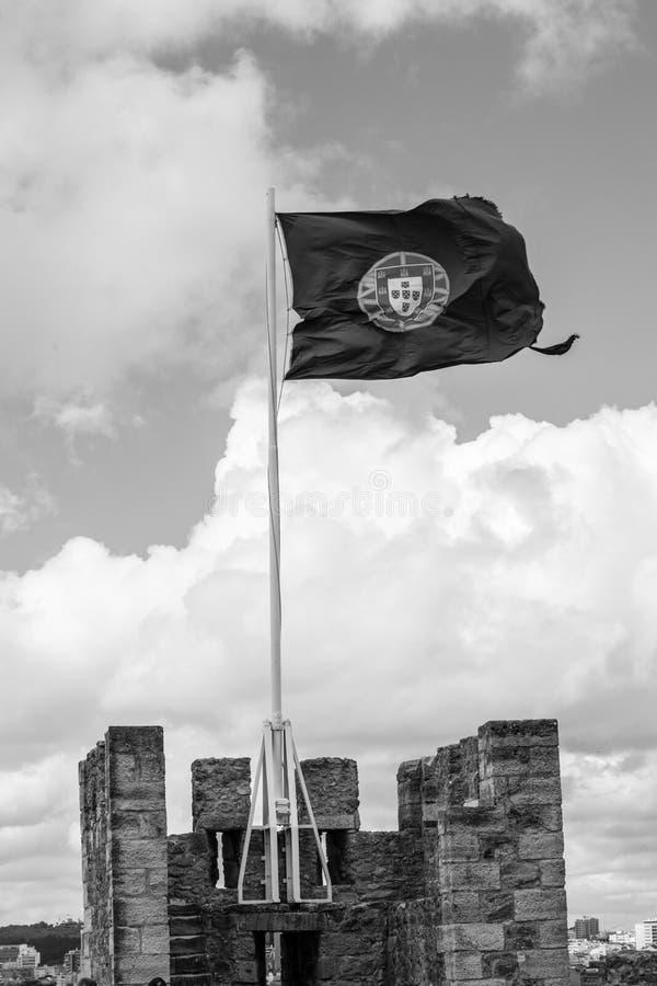 Bandeira portuguesa em Castelo de Sao Jorge (Portugal) imagem de stock