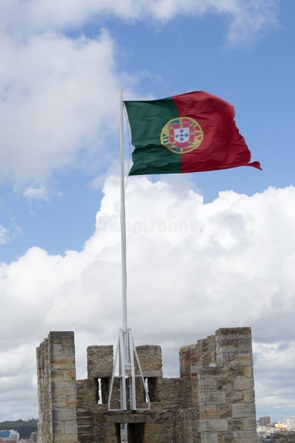 Bandeira portuguesa em Castelo de Sao Jorge (Portugal) fotografia de stock