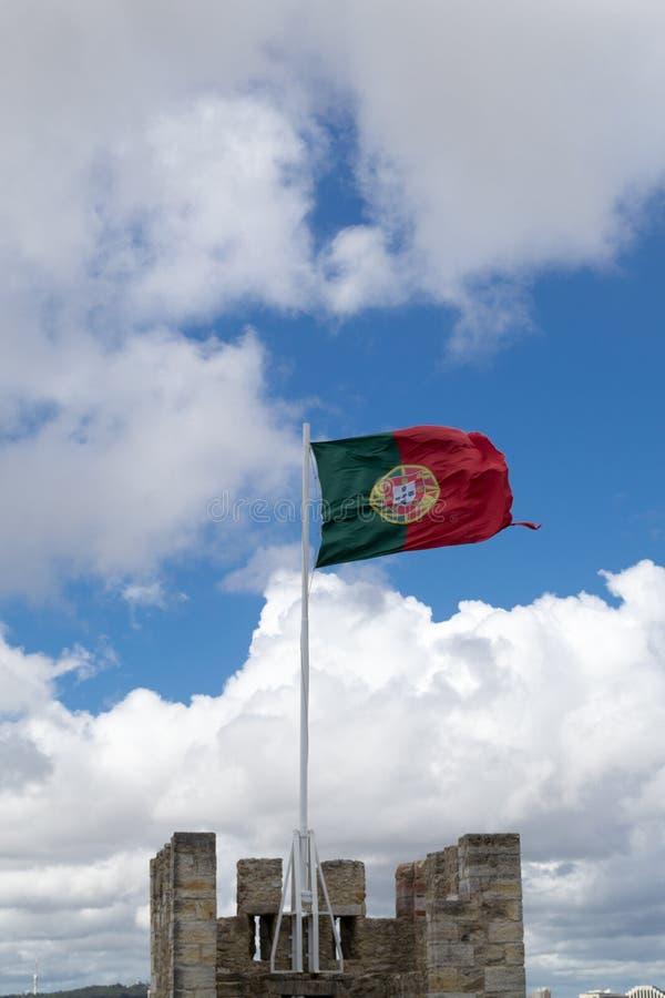 Bandeira portuguesa em Castelo de Sao Jorge (Portugal) fotos de stock royalty free