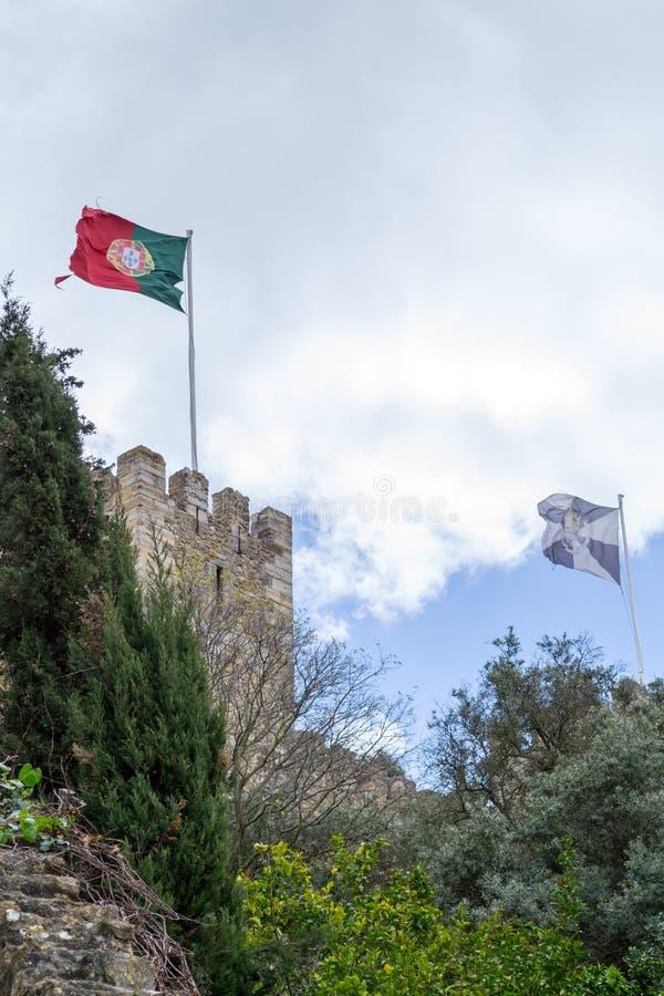 Bandeira portuguesa em Castelo de Sao Jorge (Portugal) foto de stock