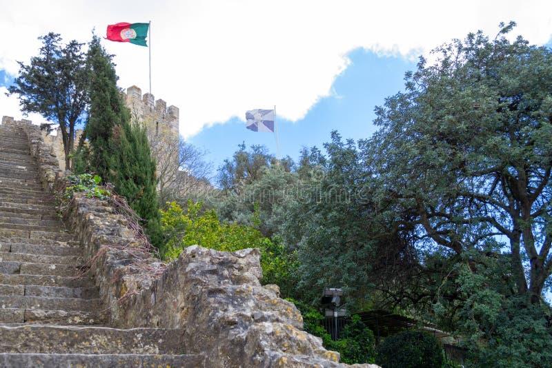 Bandeira portuguesa em Castelo de Sao Jorge (Portugal) imagens de stock royalty free