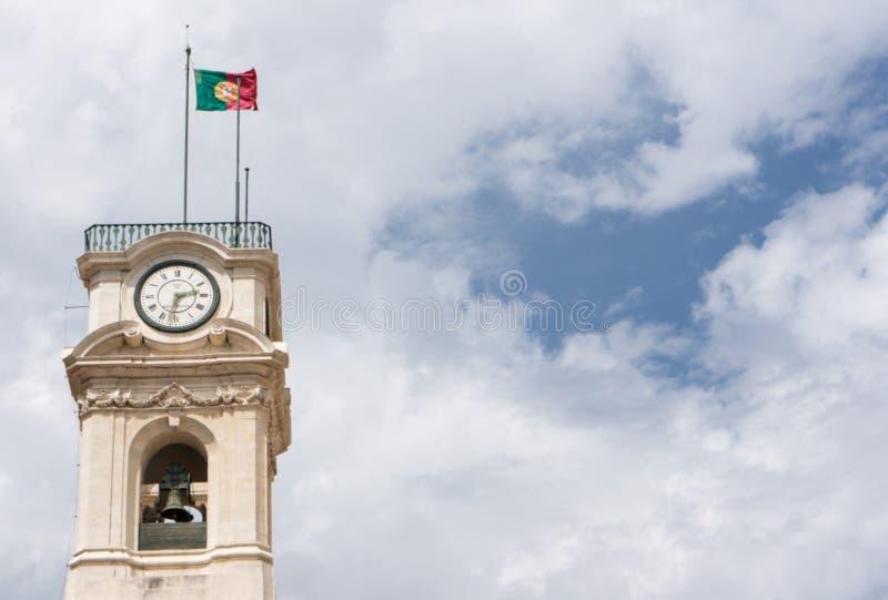 A bandeira portuguesa está voando acima da torre da universidade imagem de stock royalty free