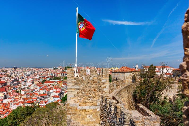 Bandeira portuguesa na parede da fortaleza, Lisboa, Portugal fotos de stock royalty free