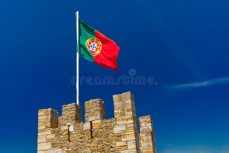 Bandeira portuguesa na parede da fortaleza, Lisboa, Portugal fotografia de stock