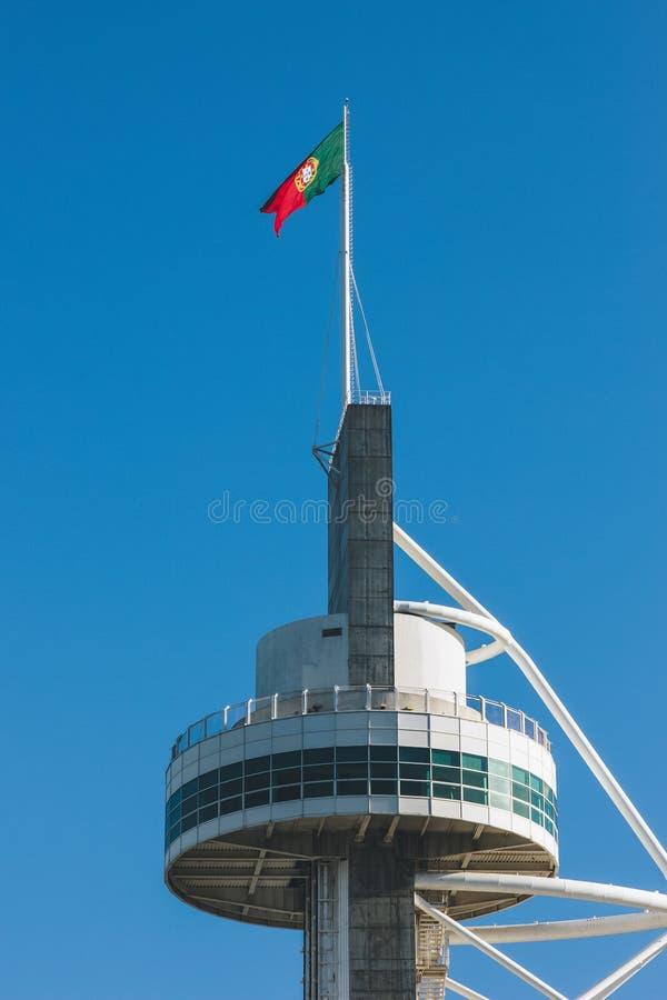 Bandeira portuguesa na parte superior da construção fotos de stock