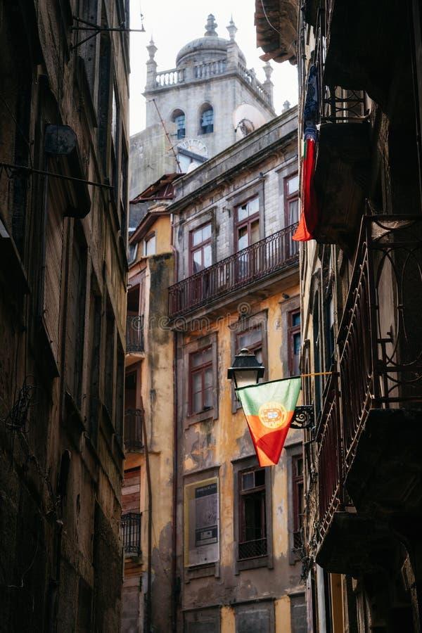 Bandeira portuguesa na rua estreita em Porto fotos de stock