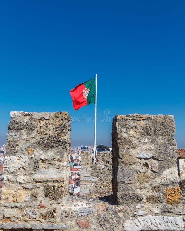 Bandeira portuguesa na torre O castelo de St George fotografia de stock