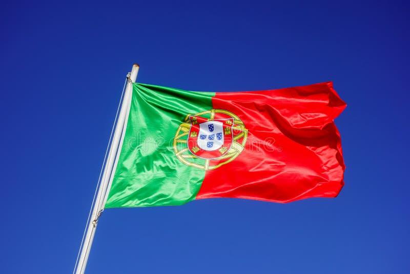 Bandeira portuguesa no céu azul imagem de stock