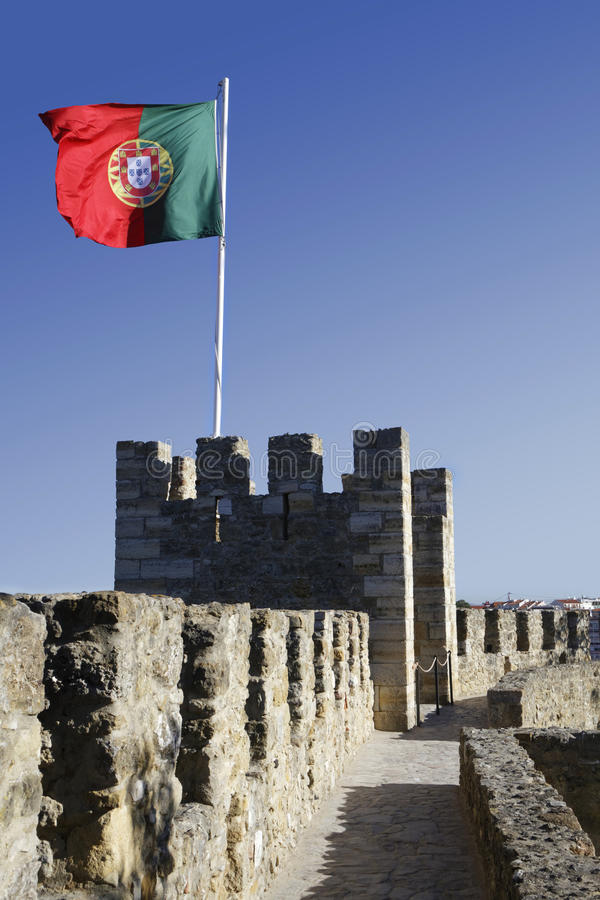 Bandeira portuguesa no castelo imagens de stock