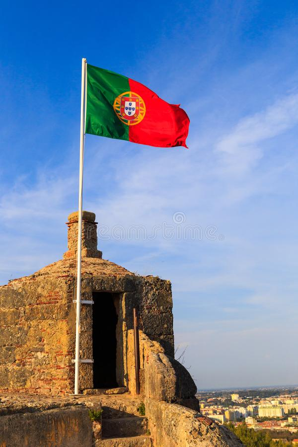 Bandeira portuguesa no forte histórico imagens de stock