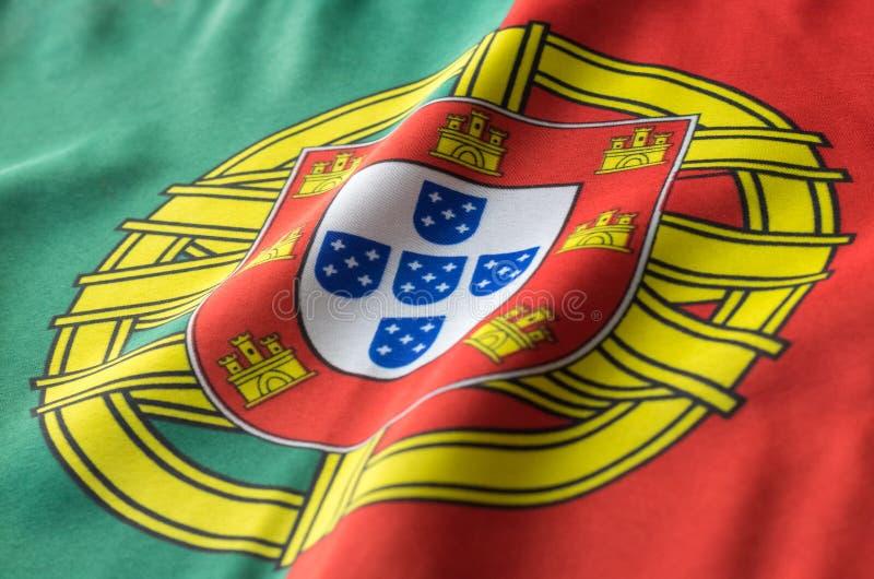 Bandeira portuguesa que acena de um ponto de vista lateral fotos de stock
