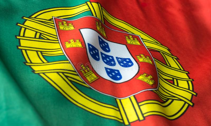 Bandeira portuguesa que acena de um ponto de vista lateral fotografia de stock