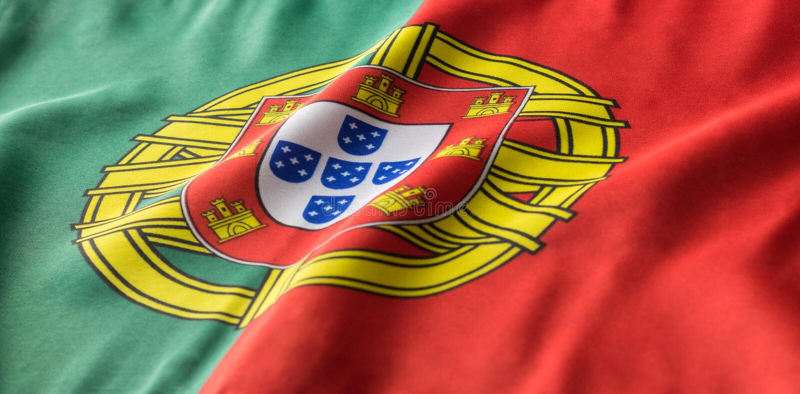 Bandeira portuguesa que acena de uma vista lateral imagens de stock royalty free