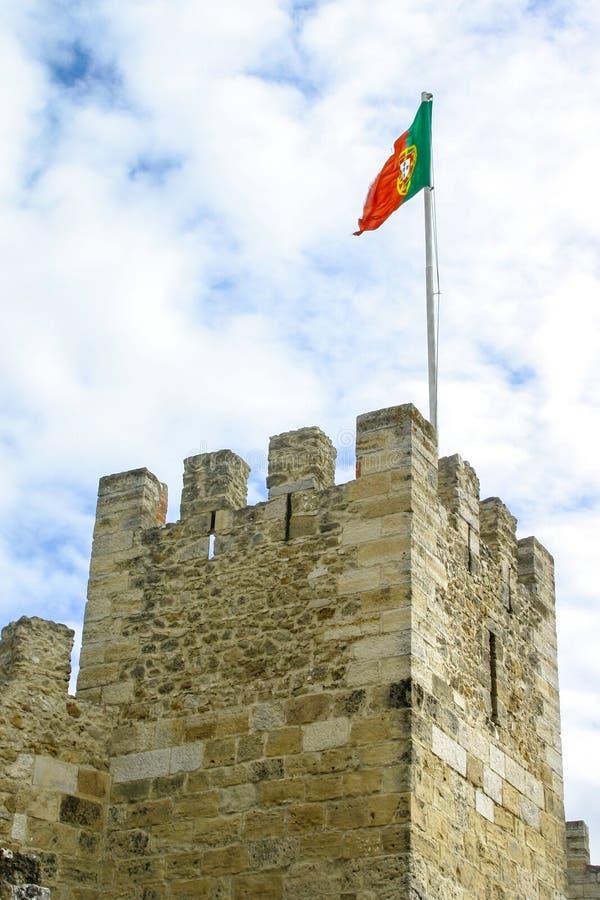Bandeira portuguesa que acena na torre do Sao Jorge Castle Lisboa, Por imagem de stock royalty free