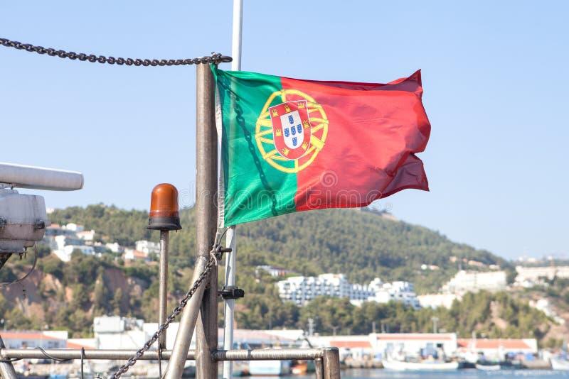 Bandeira portuguesa que acena perto do mar fotografia de stock royalty free