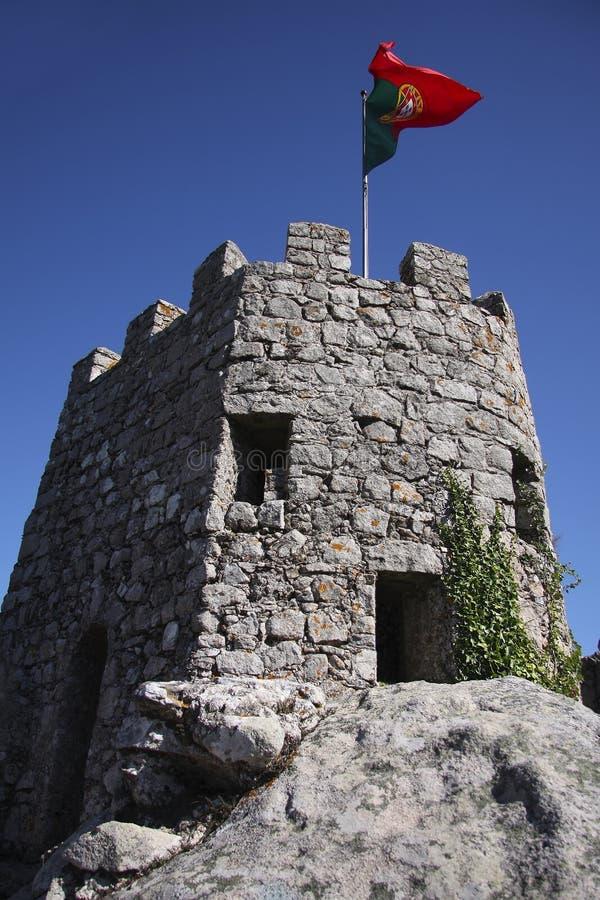 A bandeira portuguesa que acena sobre o castelo do amarra fotos de stock