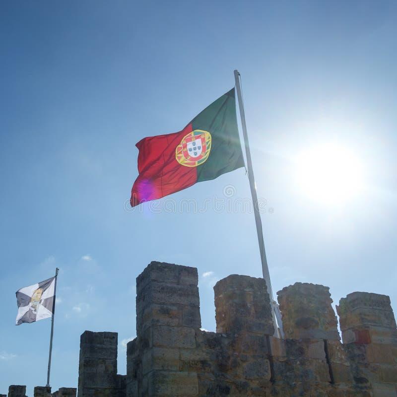 Bandeira portuguesa que flui acima imagens de stock