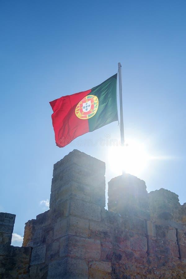Bandeira portuguesa que flui acima foto de stock