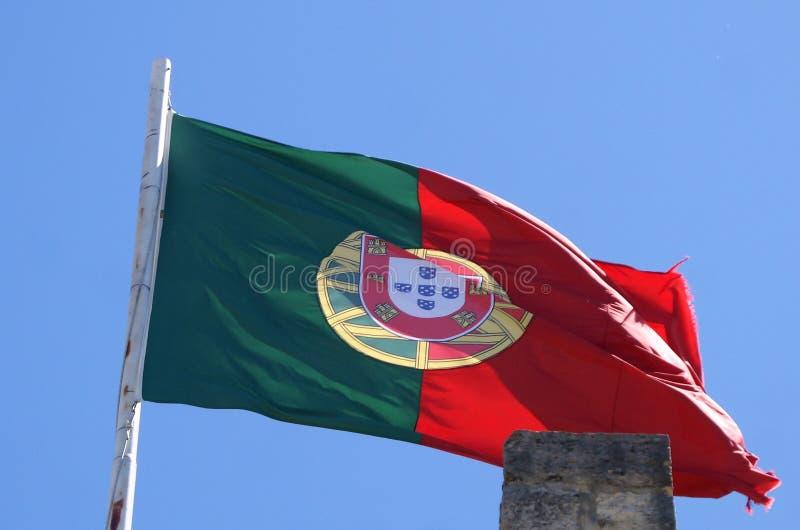 Bandeira portuguesa que vibra na brisa delicada fotografia de stock