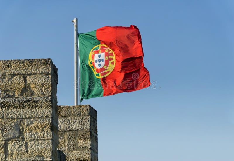 Bandeira portuguesa que vibra no vento imagem de stock