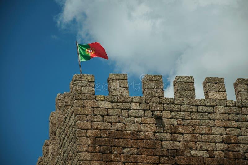 Bandeira portuguesa que vibra sobre a torre do castelo fotos de stock royalty free
