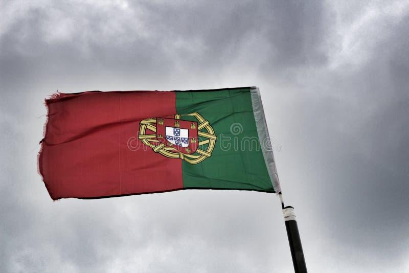 Bandeira portuguesa sob o céu nebuloso em Lisboa foto de stock
