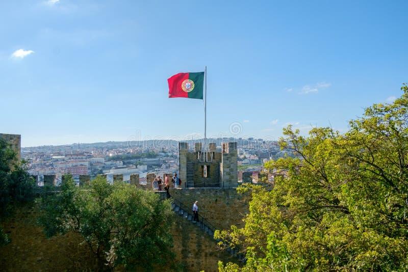 Bandeira portuguesa sobre Lisboa imagens de stock