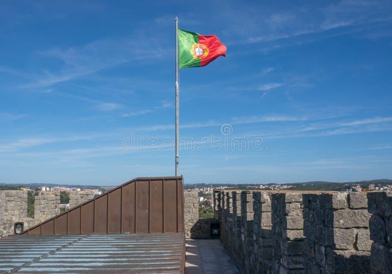 A bandeira portuguesa voa sobre o castelo em Leiria fotos de stock