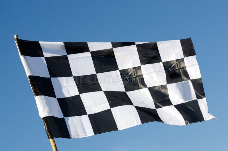 Bandeira quadriculado isolada no fundo do céu azul fotografia de stock royalty free