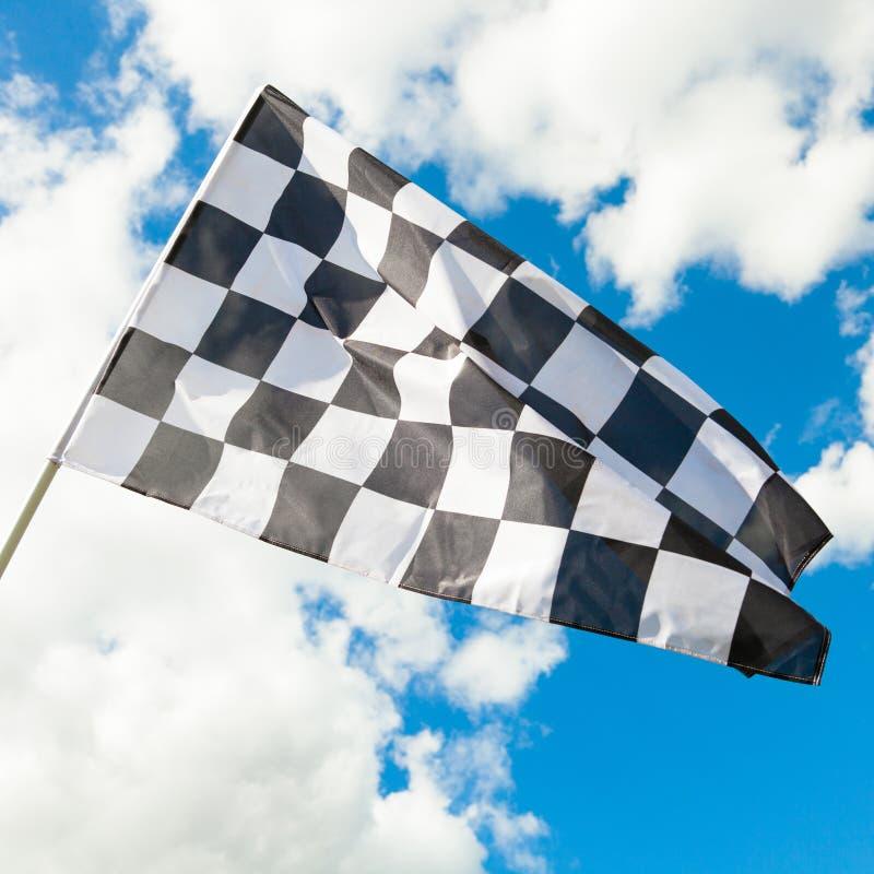 Bandeira quadriculado pura que acena no vento - nuvens no fundo fotos de stock