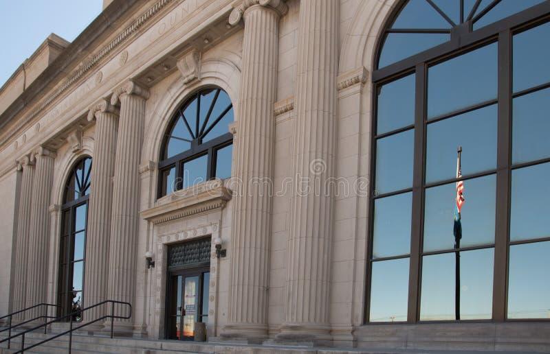 Bandeira que reflete na janela do tribunal do Condado de Pennington imagem de stock