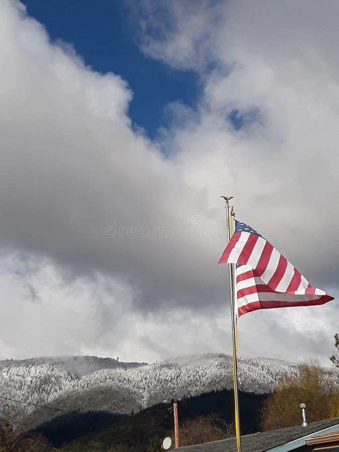 Bandeira que voa altamente para que todos ver fotografia de stock