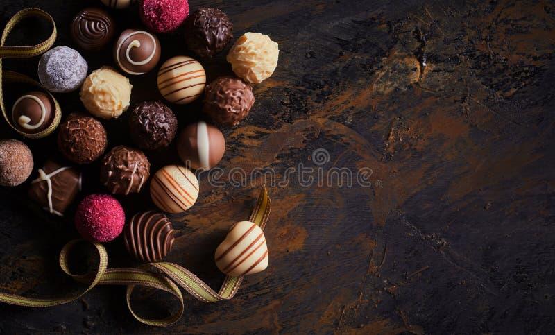 Bandeira rústica com chocolates feitos a mão luxuosos fotos de stock
