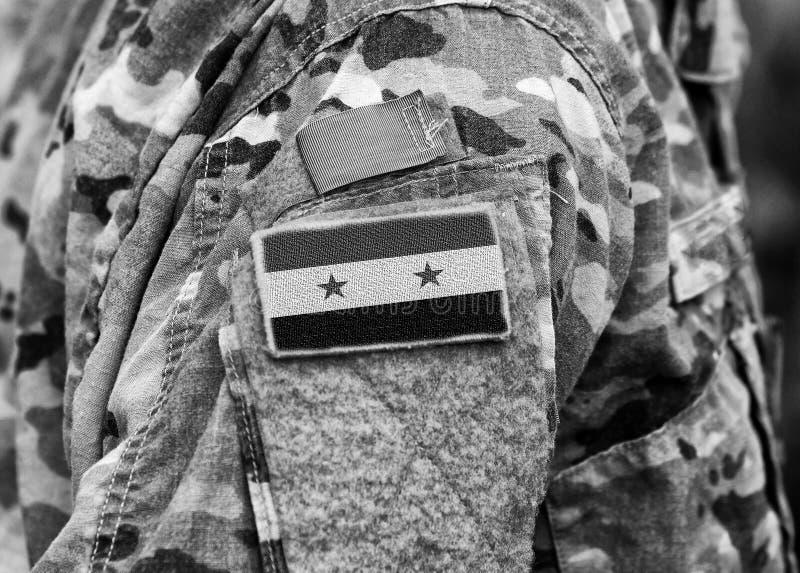A bandeira síria em soldados arma-se Exército de Síria Tropas sírias fotos de stock