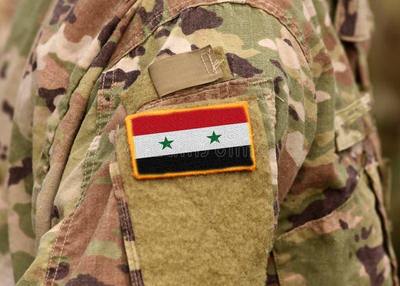 A bandeira síria em soldados arma-se Exército de Síria Tropas sírias imagem de stock royalty free