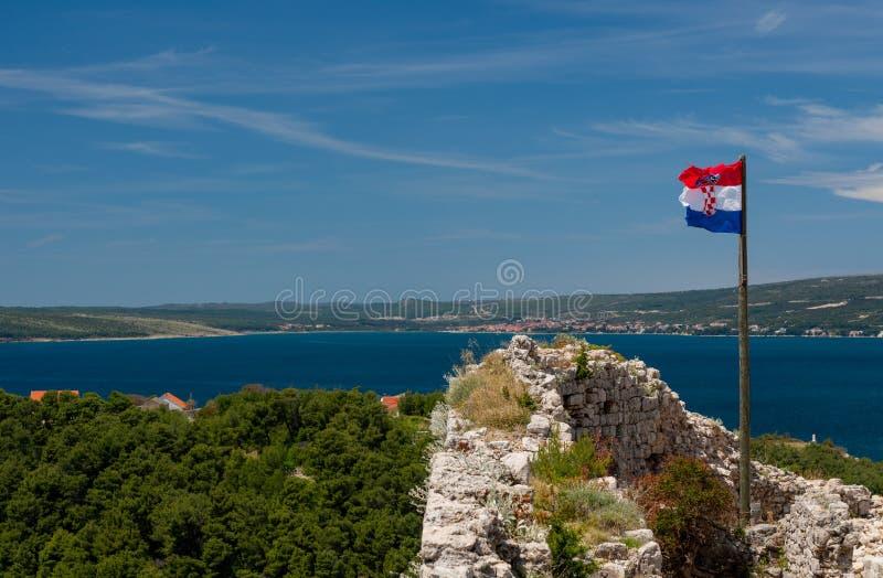 Bandeira sobre a fortaleza acima da cidade croata de Novigrad no condado de Istria fotografia de stock