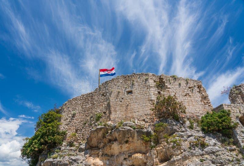 Bandeira sobre a fortaleza acima da cidade croata de Novigrad no condado de Istria imagens de stock royalty free