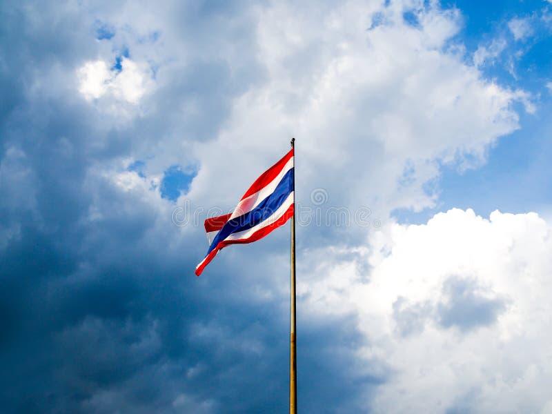 Bandeira tailandesa contra o céu azul imagem de stock