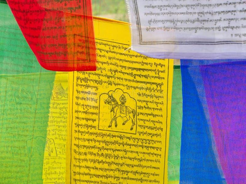 Bandeira tibetana da oração para a fé, a paz, a sabedoria, a piedade, e o st imagens de stock royalty free