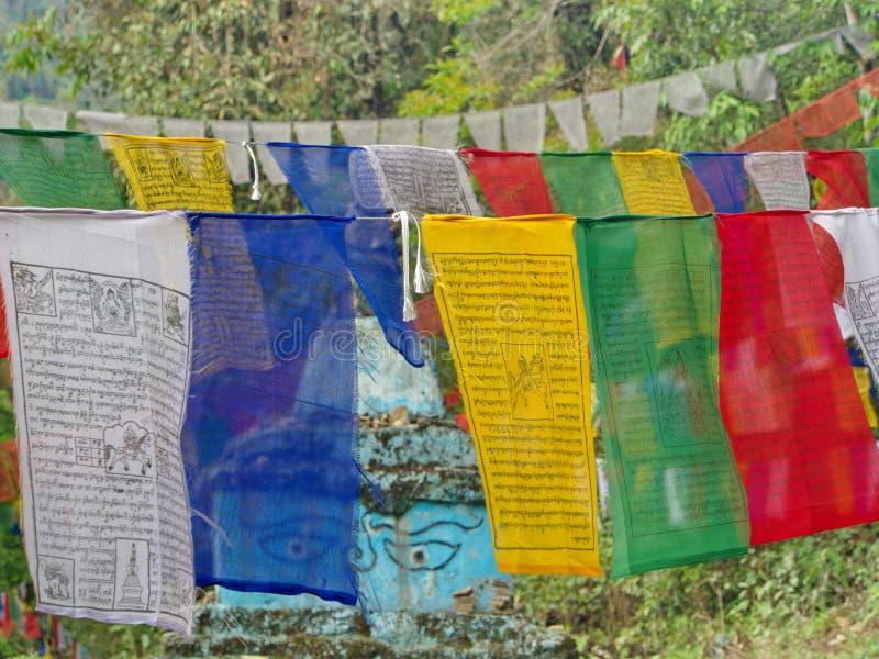 Bandeira tibetana da oração para a fé, a paz, a sabedoria, a piedade, e o st fotografia de stock royalty free