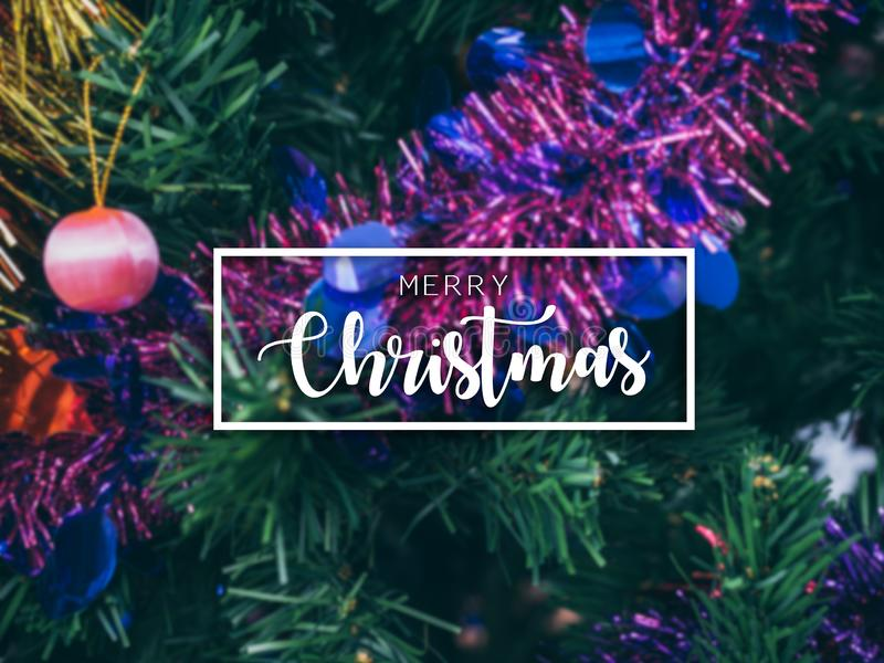 Bandeira tipográfica do Feliz Natal Fundo colorido do Natal com a decoração borrada do suporte do Natal no Natal fotos de stock