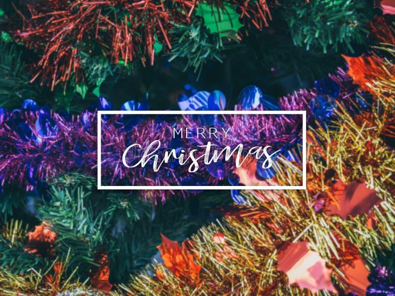 Bandeira tipográfica do Feliz Natal Fundo colorido do Natal com a decoração do suporte do Natal na árvore de Natal foto de stock royalty free