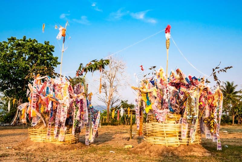 Bandeira tradicional tailandesa do norte ou 'Tung 'que penduram no pagode da areia durante o ano novo tailandês a K A Festival de foto de stock