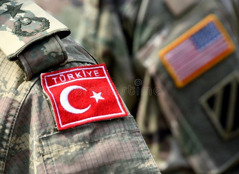 Bandeira turca e bandeira dos E.U. no uniforme do exército Turco e tropas dos E.U. foto de stock