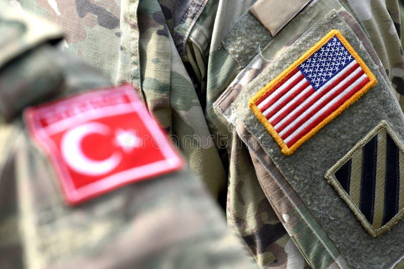 Bandeira turca e bandeira dos E.U. no uniforme do exército Turco e tropas dos E.U. imagem de stock