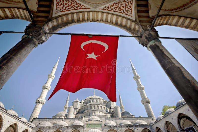Bandeira turca na mesquita azul foto de stock royalty free