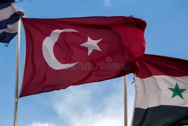 Bandeira turca que fliying no vento fotos de stock royalty free