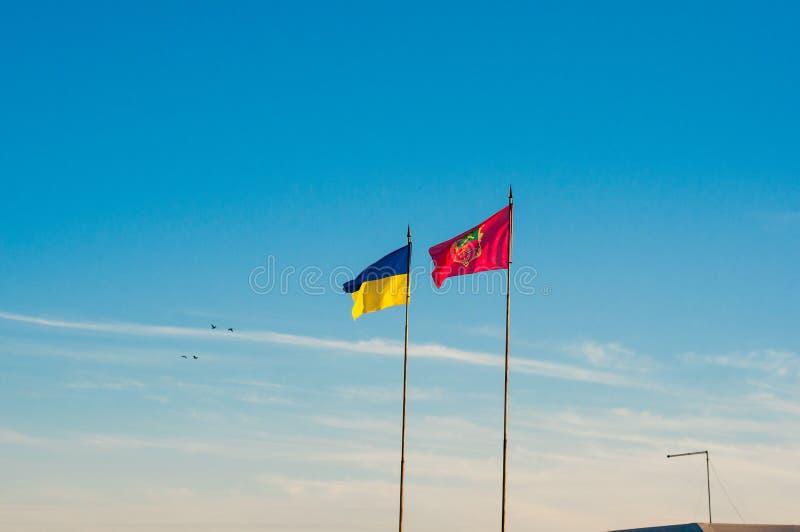 A bandeira ucraniana junto com a bandeira da cidade de Zaporozhye imagens de stock royalty free