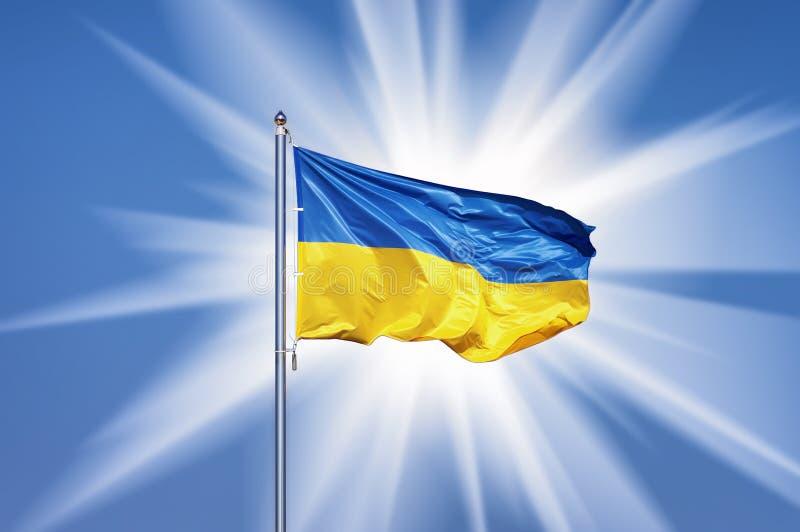 Bandeira ucraniana no backgroud do céu azul e no sol grande imagem de stock royalty free